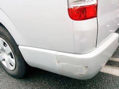 横須賀の立体駐車場で起きた転落事故の原因を推測で考えてみたら運転手の無理な体勢かもしれない
